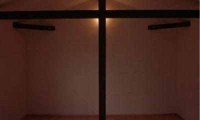 『東中山の笑う家』手抜きなしのローコスト住宅 (梁と柱のある寝室)