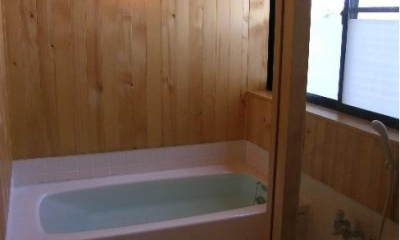 『東中山の笑う家』手抜きなしのローコスト住宅 (木の温もり感じる浴室)