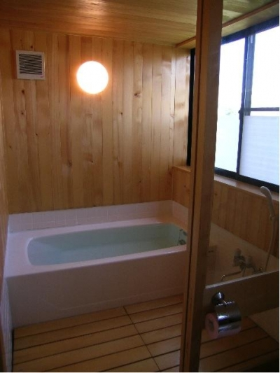 木の温もり感じる浴室 (『東中山の笑う家』手抜きなしのローコスト住宅)