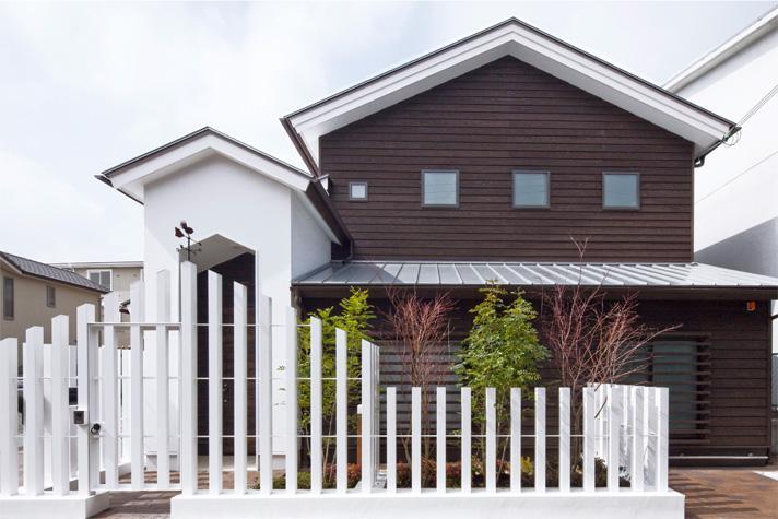 『八ッ尾ウグイスの家』庭を身近に感じる住まいの部屋 白とブラウンのモダンな外観