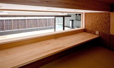 『八ッ尾ウグイスの家』庭を身近に感じる住まい (1.5階のロフト-ワークテーブル)