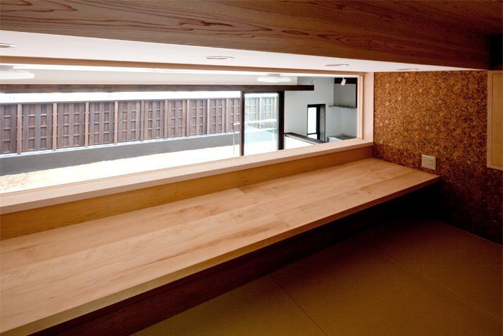 『八ッ尾ウグイスの家』庭を身近に感じる住まいの部屋 1.5階のロフト-ワークテーブル