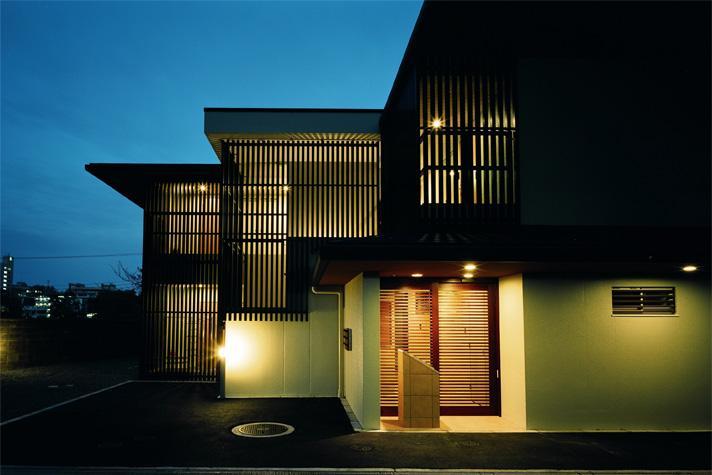 『 つつじ丘の家』四季が刻む時の流れを感じる住まいの部屋 照明が温かく迎えるエントランス