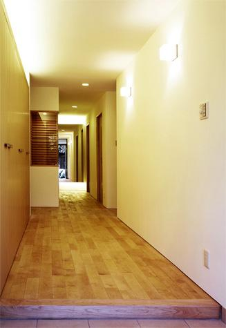 『 つつじ丘の家』四季が刻む時の流れを感じる住まいの写真 玄関ホール・廊下