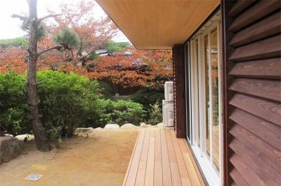 移りゆく四季を楽しめる庭 (『 つつじ丘の家』四季が刻む時の流れを感じる住まい)