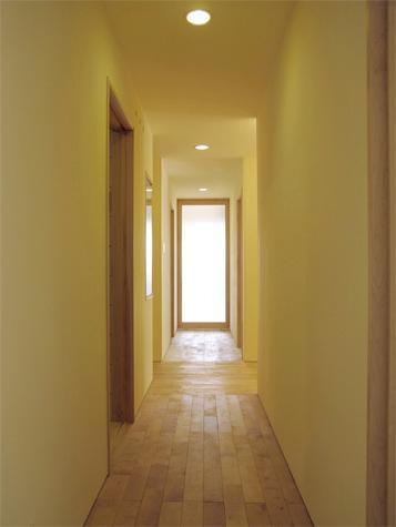 『 つつじ丘の家』四季が刻む時の流れを感じる住まいの写真 白樺の無垢材フローリングの廊下-1