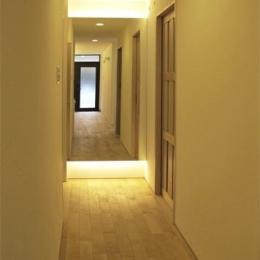 『 つつじ丘の家』四季が刻む時の流れを感じる住まい (白樺の無垢材フローリングの廊下-2)