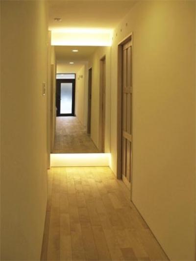 白樺の無垢材フローリングの廊下-2 (『 つつじ丘の家』四季が刻む時の流れを感じる住まい)