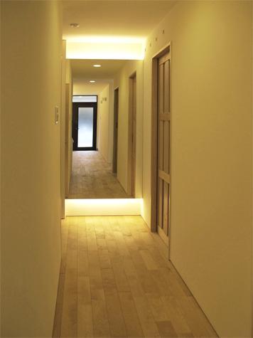 『 つつじ丘の家』四季が刻む時の流れを感じる住まいの写真 白樺の無垢材フローリングの廊下-2