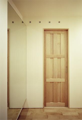 『 つつじ丘の家』四季が刻む時の流れを感じる住まいの写真 イタヤカエデの扉
