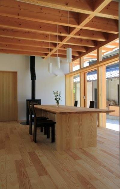 薪ストーブのある1階ダイニング (『ながらはうす』眺望のすばらしい二世帯住宅)