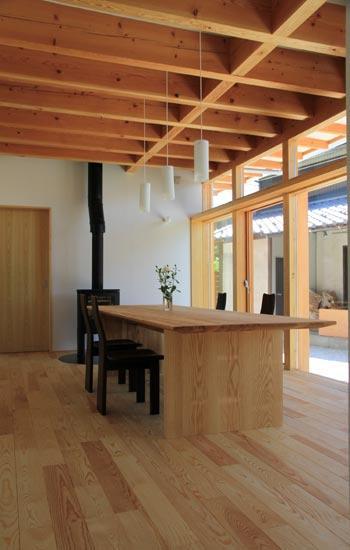 『ながらはうす』眺望のすばらしい二世帯住宅の写真 薪ストーブのある1階ダイニング