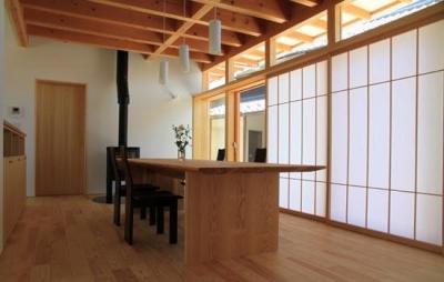 『ながらはうす』眺望のすばらしい二世帯住宅 (1階ダイニング-障子戸で明るさを調整)