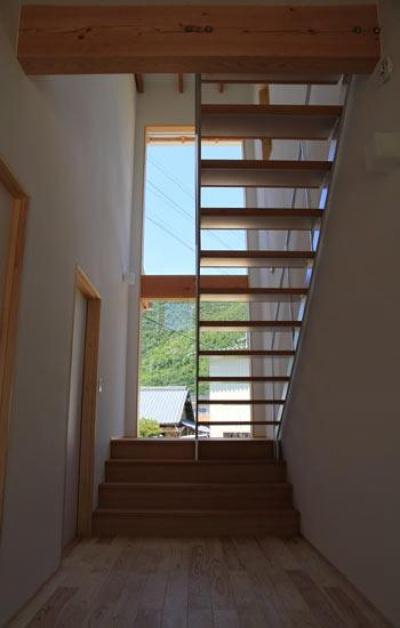 『ながらはうす』眺望のすばらしい二世帯住宅 (大きな窓のある明るい階段室-1)