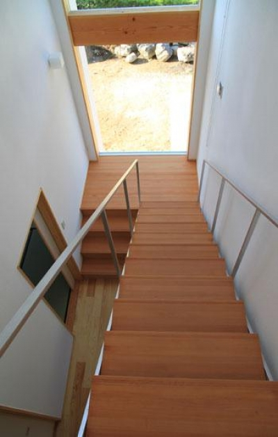 『ながらはうす』眺望のすばらしい二世帯住宅 (大きな窓のある明るい階段室-2)