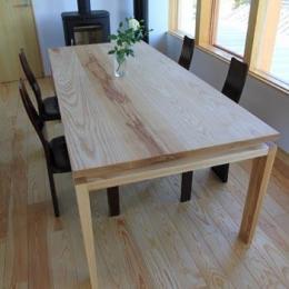 『ながらはうす』眺望のすばらしい二世帯住宅 (床と同系色のダイニングテーブル)