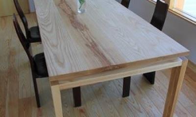 床と同系色のダイニングテーブル|『ながらはうす』眺望のすばらしい二世帯住宅