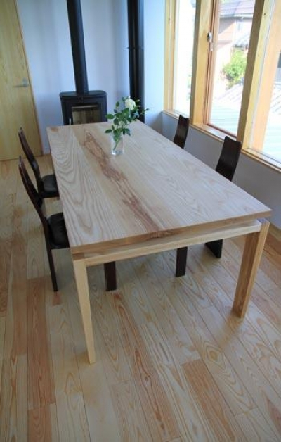床と同系色のダイニングテーブル (『ながらはうす』眺望のすばらしい二世帯住宅)