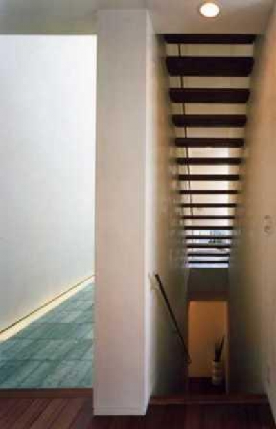 『G-BOX』シンプルモダンスタイリッシュな住まい (光の抜けるスケルトン階段)