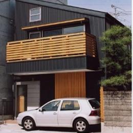 『石川町の家』狭小地の立地を生かした住まい (濃いグレー色の片流れ屋根の家)
