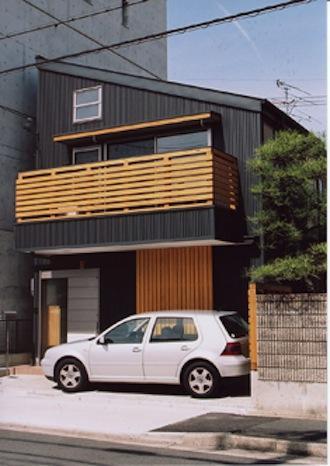 『石川町の家』狭小地の立地を生かした住まいの部屋 濃いグレー色の片流れ屋根の家