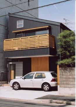 石川町の家 (濃いグレー色の片流れ屋根の家)