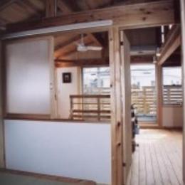 『石川町の家』狭小地の立地を生かした住まい (木の温もり感じる2階寝室)