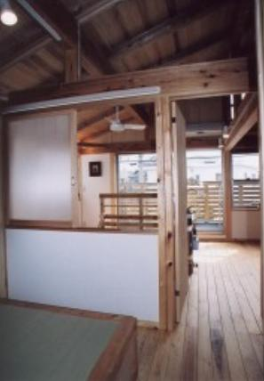『石川町の家』狭小地の立地を生かした住まいの部屋 木の温もり感じる2階寝室