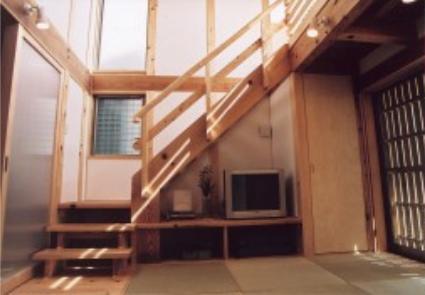『石川町の家』狭小地の立地を生かした住まい (優しい光が降り注ぐ居間)