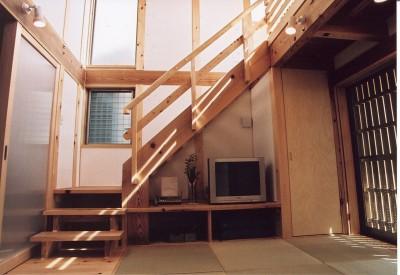 石川町の家 (優しい光が降り注ぐ居間)