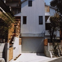 『音聞山の家』傾斜地に建つ自然を生かした住まい (傾斜地に建つ家外観)