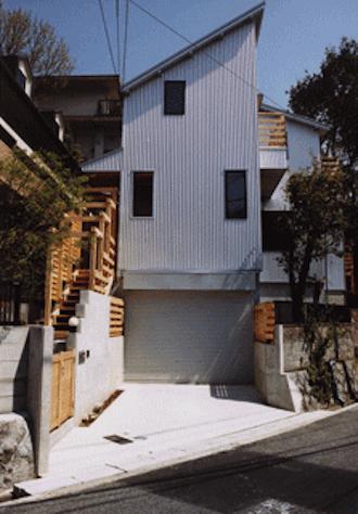 『音聞山の家』傾斜地に建つ自然を生かした住まいの部屋 傾斜地に建つ家外観
