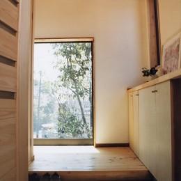 『音聞山の家』傾斜地に建つ自然を生かした住まい (明るい玄関ホール)