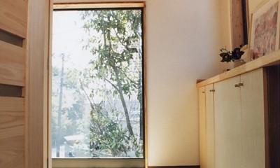 明るい玄関ホール 『音聞山の家』傾斜地に建つ自然を生かした住まい