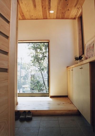 明るい玄関ホール (『音聞山の家』傾斜地に建つ自然を生かした住まい)