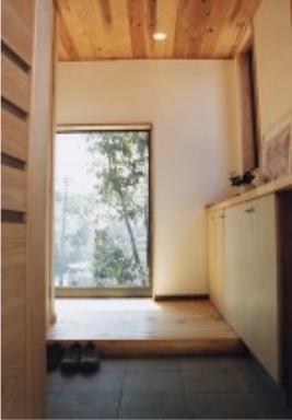 『音聞山の家』傾斜地に建つ自然を生かした住まいの部屋 明るい玄関ホール