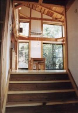 『音聞山の家』傾斜地に建つ自然を生かした住まいの部屋 リビングから奥のリビングダイニングへ