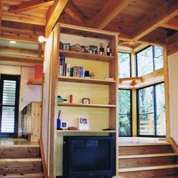 『音聞山の家』傾斜地に建つ自然を生かした住まい (リビングから奥のリビングダイニングへ)