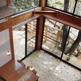 『音聞山の家』傾斜地に建つ自然を生かした住まい (ウッドデッキと一体となるリビングダイニング)
