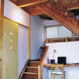 『音聞山の家』傾斜地に建つ自然を生かした住まい (リビング、パソコンコーナー)