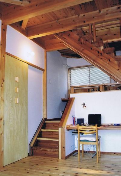 リビング、パソコンコーナー (『音聞山の家』傾斜地に建つ自然を生かした住まい)