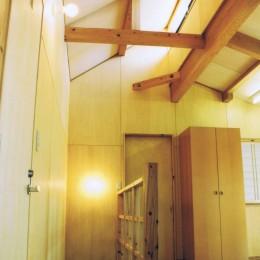 『音聞山の家』傾斜地に建つ自然を生かした住まい (オープンな子供室のある階段ホール)