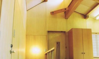 オープンな子供室のある階段ホール|『音聞山の家』傾斜地に建つ自然を生かした住まい