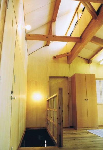 オープンな子供室のある階段ホール (『音聞山の家』傾斜地に建つ自然を生かした住まい)