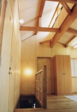 『音聞山の家』傾斜地に建つ自然を生かした住まいの部屋 オープンな子供室のある階段ホール