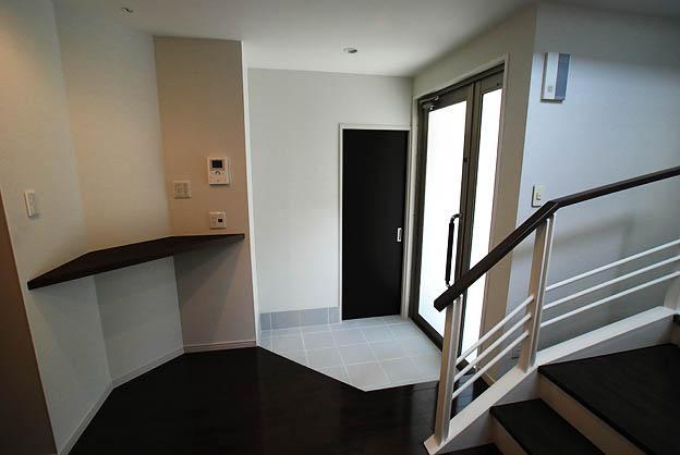 『K邸REFORM』モダンスタイリッシュな住まいの部屋 モノトーンの玄関ホール