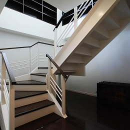 『K邸REFORM』モダンスタイリッシュな住まい (階段-玄関から2階リビングへ)
