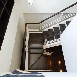『K邸REFORM』モダンスタイリッシュな住まい (リビングより階段を見下ろす)