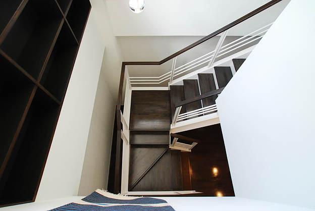 『K邸REFORM』モダンスタイリッシュな住まいの部屋 リビングより階段を見下ろす