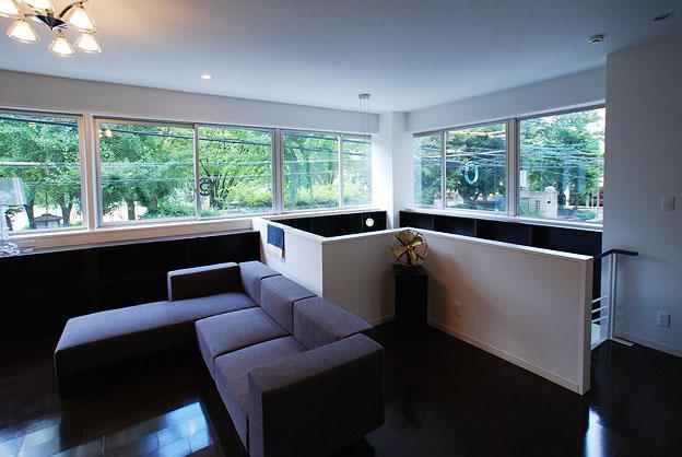 『K邸REFORM』モダンスタイリッシュな住まいの写真 連続窓より光の差し込むリビング-1